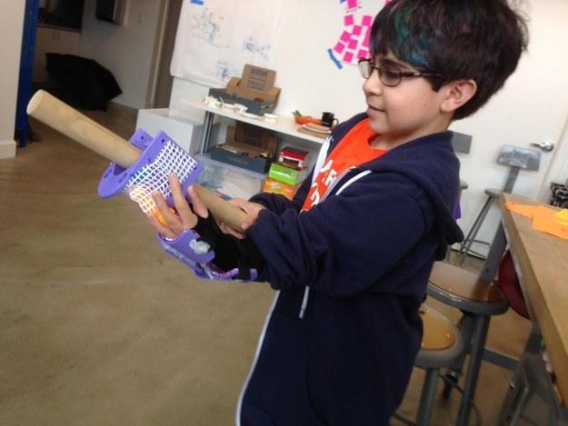 Durant une semaine en janvier, cinq enfants ont travaillé avec six professionnels et des étudiants en architecture et en ingénierie pour réaliser leurs propres «modifications corporelles.» Un enfant a par exemple réalisé une «attelle pour le sport».