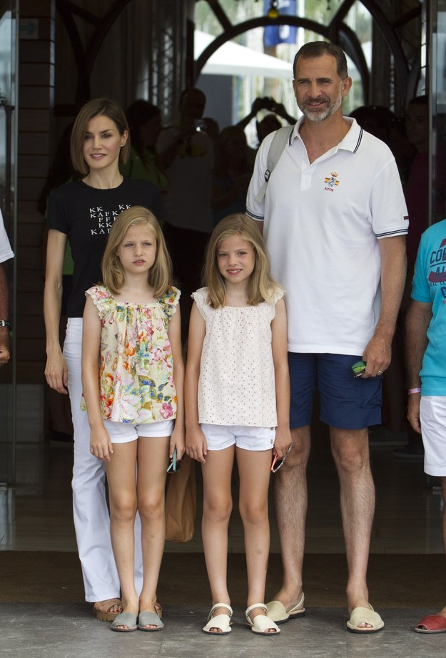E aqui, o Rei Felipe da Espanha com Letizia, sua esposa, e suas filhas, Leonor e Sofia.