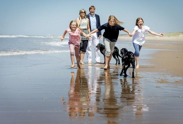 E aqui, o Rei Willem-Alexander da Holanda na praia com suas filhas, com roupas inteiramente apropriadas para a época.