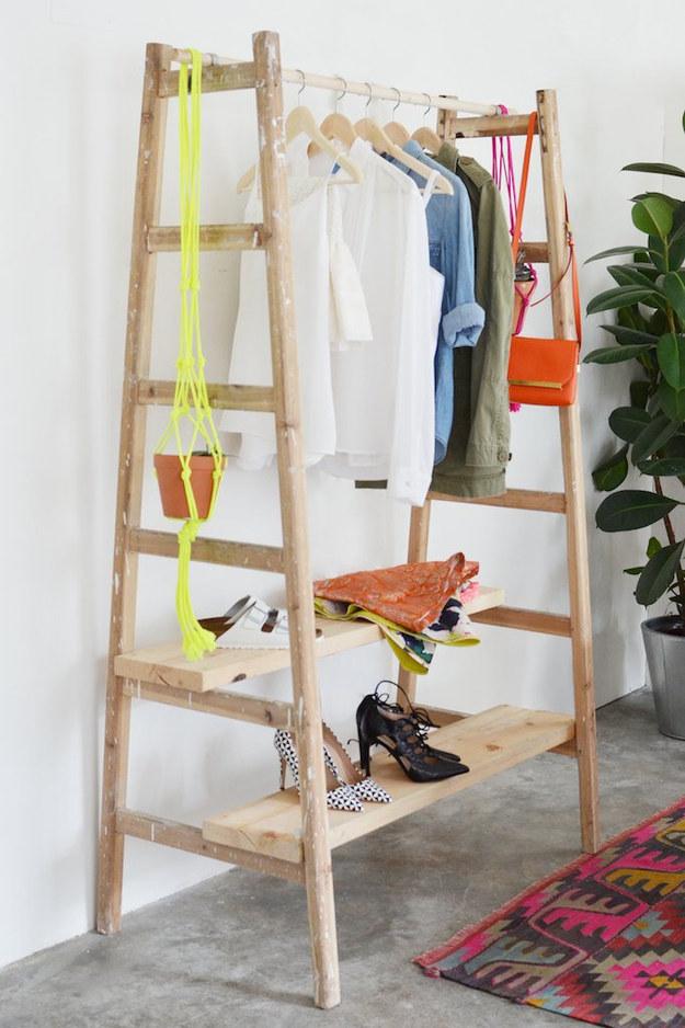 16 Formas creativas de decorar tu casa con una escalera de madera