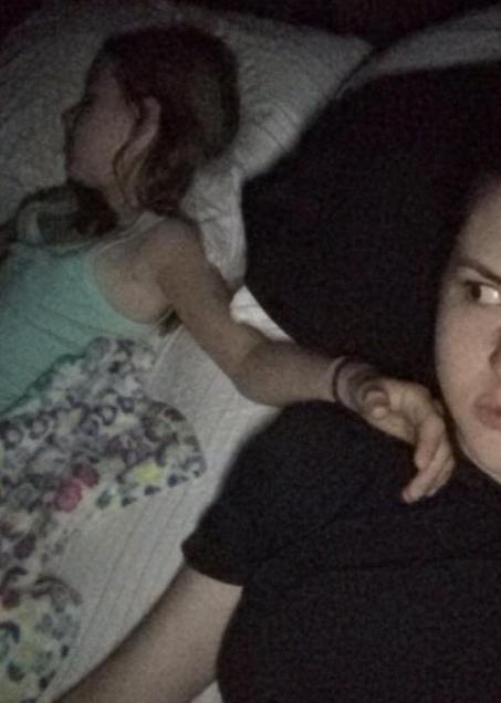 Compartir una cama en las vacaciones, y considerar totalmente justificable golpear a tu hermana tan duro como podías si 1mm de su cuerpo tocaba tu lado.