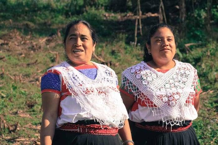 Desde hace más de cuatro años empezaron a colaborar con artesanas de Naupan, Puebla. Esto, como parte de su servicio social, en donde se propusieron hacer prendas con diseño personalizado.