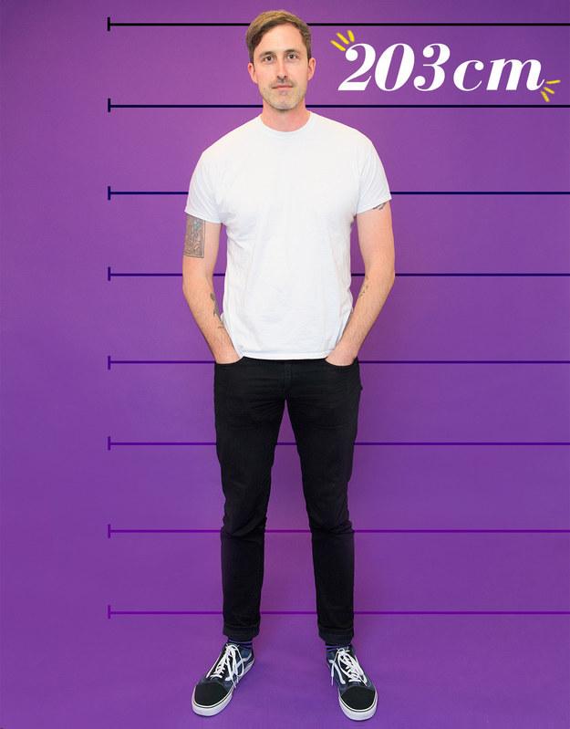 Erik mide 203 cm, sale con mujeres y puede aprender mucho acerca de la gente por la forma en que reaccionan a su altura.