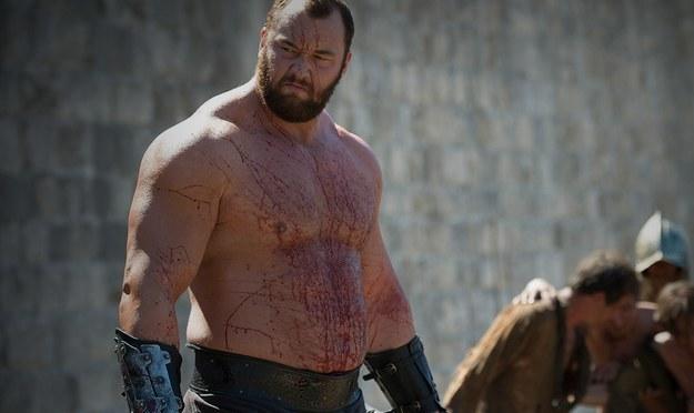 """Hafþór Júlíus Björnsson interpreta """"O Montanha"""" Clegane em Game of Thrones e ele é um homem gigante. Ele tem mais de 2 metros de altura e pesa 180 quilos."""