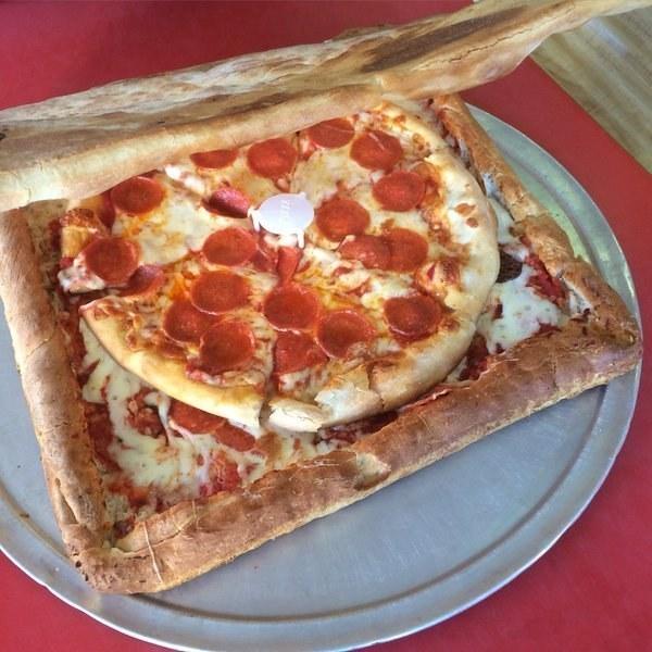 La caja de pizza hecha de pizza, ecológica y deliciosa.