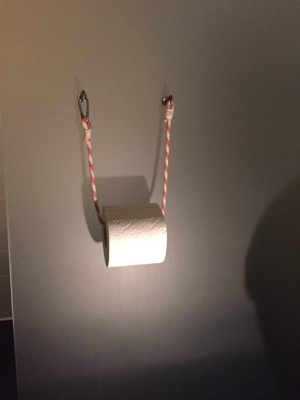 Este sujetador de papel higiénico hecho de una cuerda para escalar.