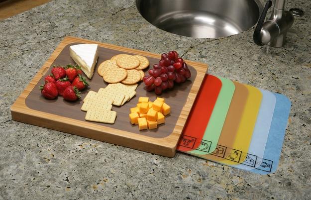 Una tabla de cortar con espacio de guardar integrado para una variedad de placas.