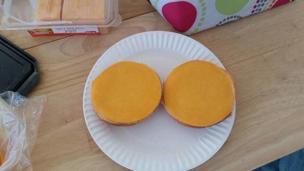Este queso que es del tamaño perfecto.