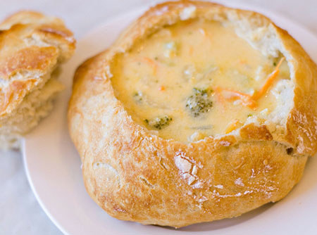 Sopa de frango com brócolis e queijo no pão.
