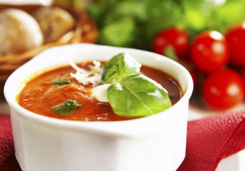 Sopa de tomate com manjericão.