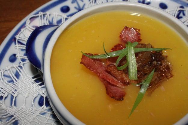 Sopa de mandioquinha, bacon e laranja caramelizada.
