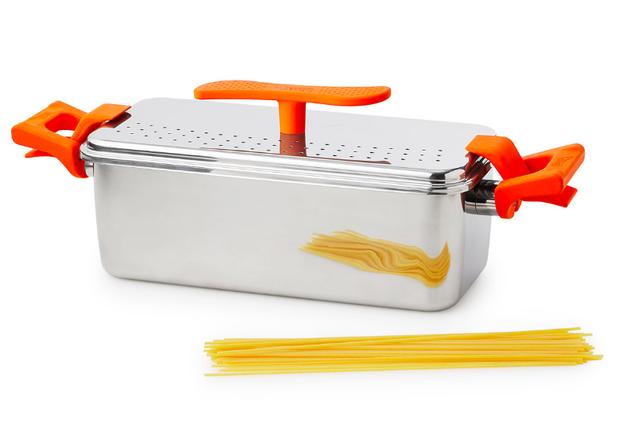 Una combinación de olla y colador para preparar espaguetis sin tener que partirlos.