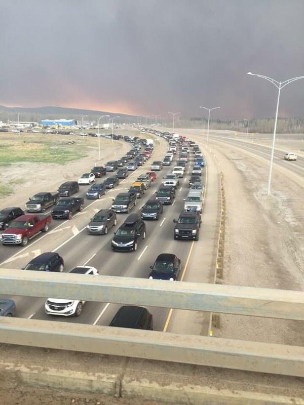 Apocalípticas imágenes del gran incendio de Alberta, Canadá Enhanced-13131-1462328110-3
