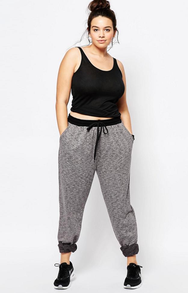 Compra algunos pants cómodos de tamaño grande al inicio de tu embarazo que también funcionarán como ropa de transición cuando el bebé nazca.