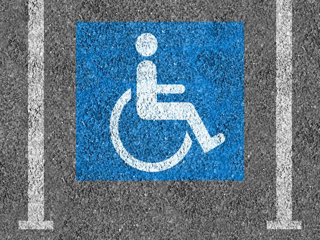 Algunos estados emiten carteles temporales de estacionamiento para discapacitados.
