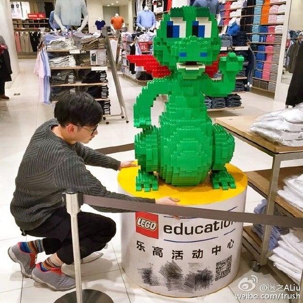 Zhao, de 22 años, es un licenciado por la Universidad de Zhejiang, el Instituto de Tecnología de la ciudad de Ningbo, en China. Como afición, se dedica a construir complejas estructuras con piezas de Lego.