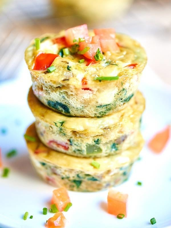 Wonderful veggie omelettes made in the form of muffins! Get recipe here.