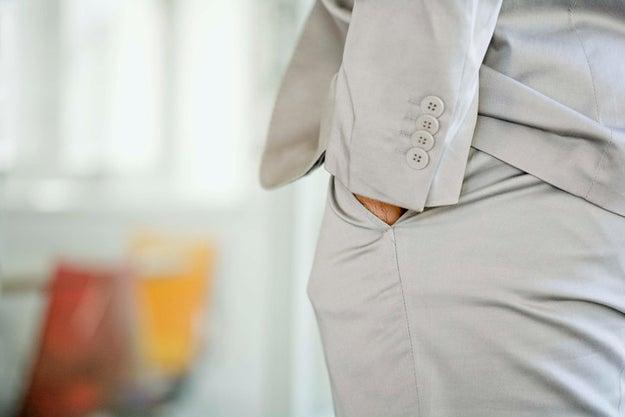 Meter la mano en los bolsillos del pantalón.