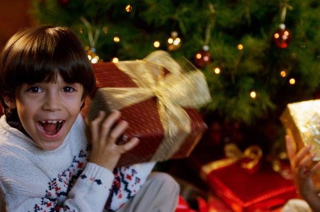 """Gritar """"¡Que lo abra! ¡Que lo abra!"""" y que la persona abra su regalo."""