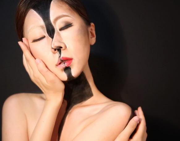 A fascinação de Yoon com o * * complexidade dos seres humanos é o que inspira seu trabalho.