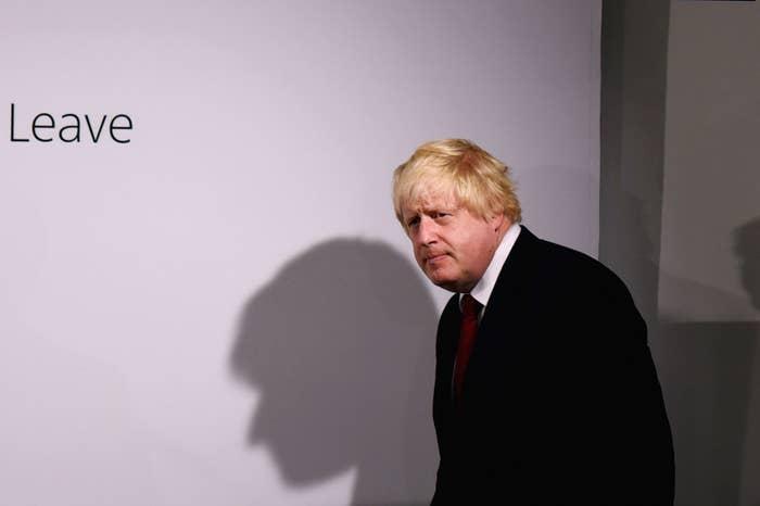 Não haverá uma eleição geral imediatamente, mas as chances de uma ocorrer antes de 2020 são grandes.David Cameron anunciou que sairá do cargo até a conferência do partido Conservador, em outubro. Para poder renunciar ao cargo, ele precisa assegurar à Rainha que há um outro primeiro-ministro e um governo efetivo a postos.O que isso significa, na prática, é que o partido Conservador elegerá um novo líder, que assumirá o cargo de primeiro-ministro sem uma eleição geral. Os representantes do parlamento do partido elaborarão uma lista com dois candidatos para que o líder seja eleito em uma votação com todos os membros do partido. O vencedor se tornará, automaticamente, o primeiro-ministro – atualmente, Boris Johnson é o franco favorito.Contudo, o novo primeiro-ministro pode encontrar dificuldades caso haja um debate sobre crise econômica e sobre a saída da UE no parlamento, em razão da pouca diferença entre o número de parlamentares da base do governo e da oposição – apesar dos Conservadores ainda serem maioria. Por isso, talvez sejam convocadas eleições gerais para garantir ainda mais lugares no parlamento, e o próprio mandato do partido Conservador. Por causa do ato do parlamento que estabeleceu um intervalo fixo entre as eleições, seria necessário o apoio de alguns parlamentares de oposição. Contudo, isso não parece algo muito difícil de ser conseguido.