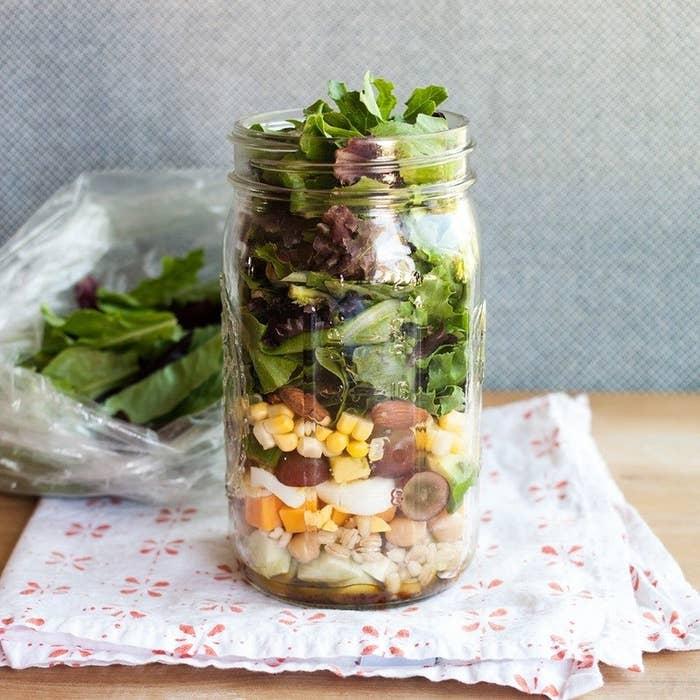 Aprende la mejor estrategia para guardar ensalada en frascos de conservas aquí, y consigue 17 recetas de ensaladas para preparar con anticipación aquí.