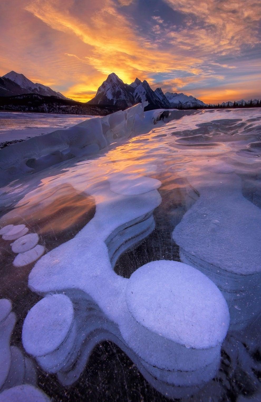 El lago de burbujas congeladas, en Alberta, Canadá.