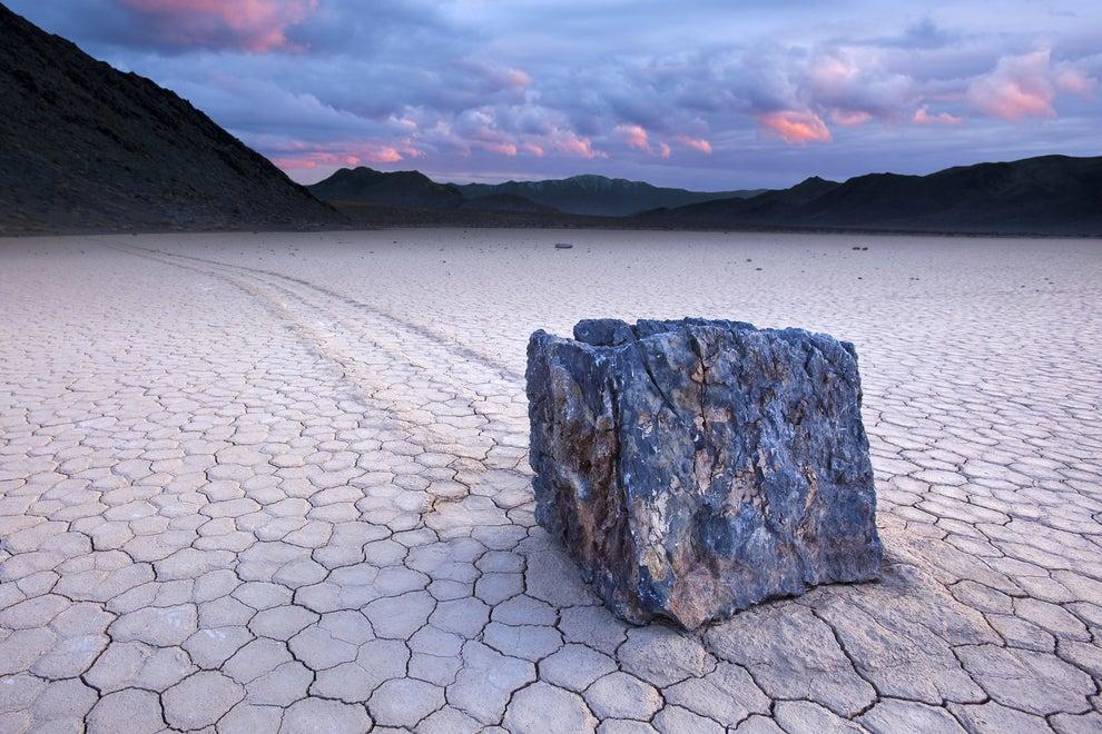 Las piedras que se mueven solas en el Valle de la Muerte, Estados Unidos.