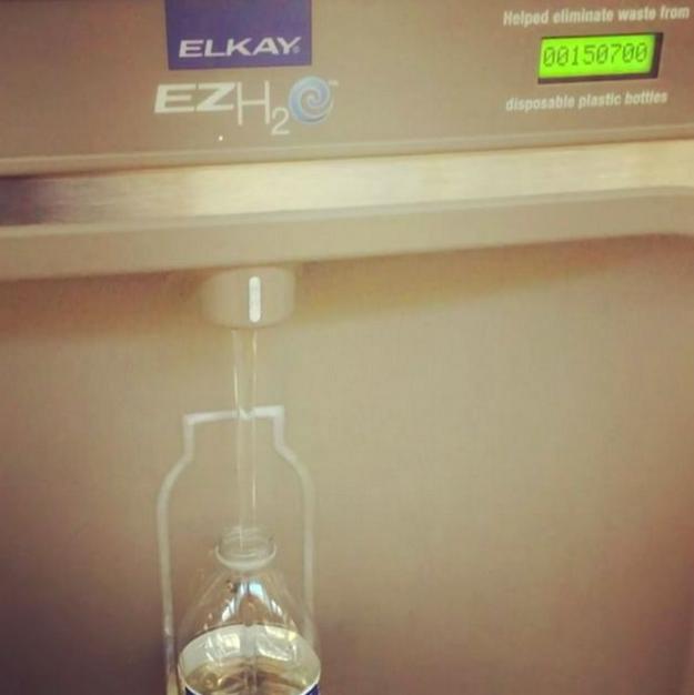 Pokud někam letíte, proneste přes letištní kontrolu prázdnou lahev. Na některých letištích lze vodu doplnit z kohoutků, nebo z automatů k tomu určených. Ušetříte tak za drahou balenou vodu, kterou byste si museli koupit.