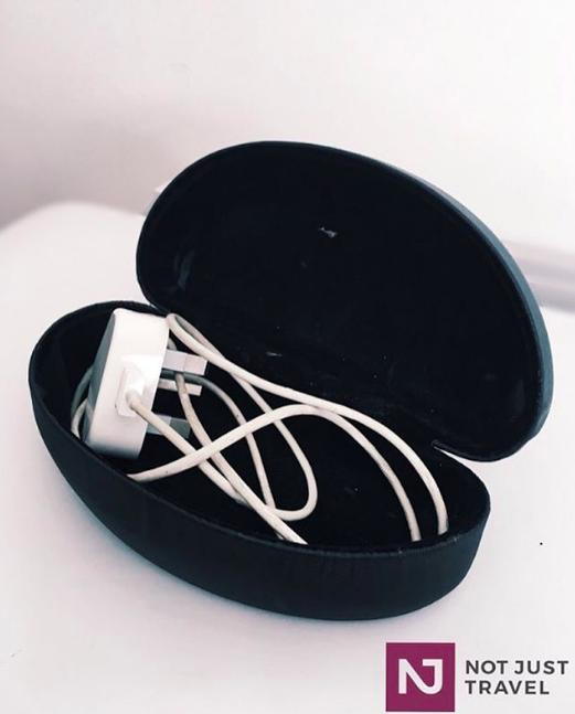 Vezměte si s sebou jeden obal na brýle navíc, do kterého složíte všechny kabely a zamezíte tak jejich zauzlování.