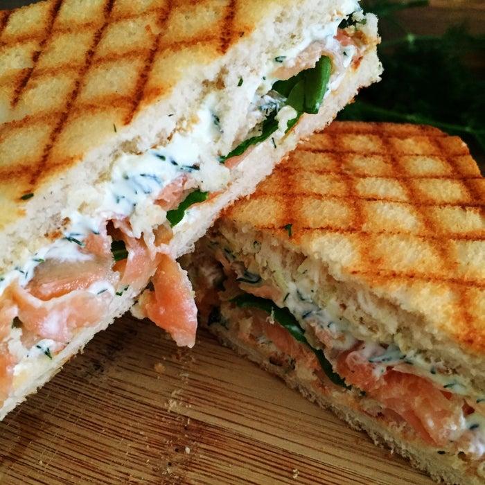 O tostex acabou de ficar chique e delicioso pacas. Com cream cheese, umas folhinhas verdes e algumas fatias de salmão, você vai criar uma relacionamento sério com este sanduíche. Veja aqui a receita.