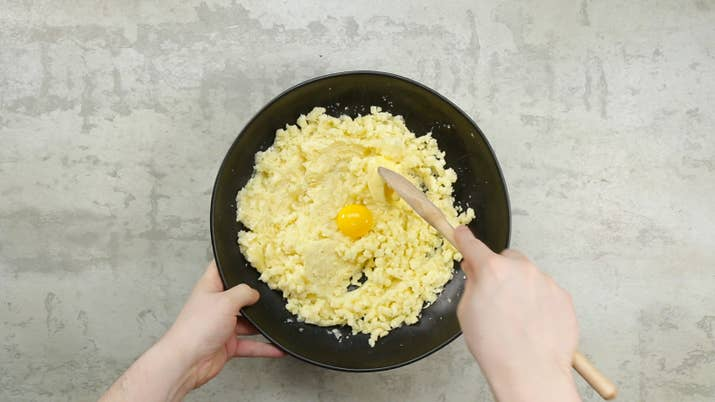 (Serve 6 porções)* 500g de mandioca cozida* 1 colher de sopa de manteiga* 2 gemas* 1 colher de chá de sal* 200g de requeijão cremoso* 200g de carne seca (já dessalgada)
