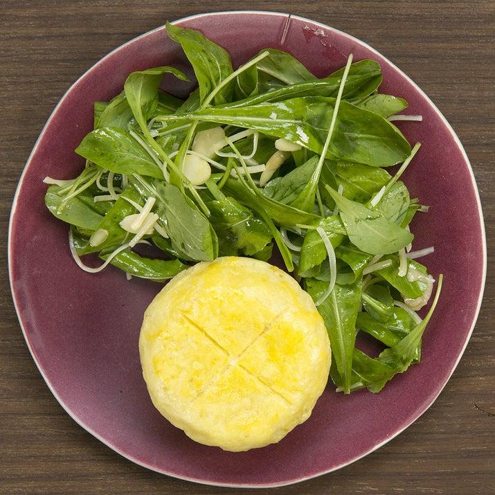 1 maço de rúcula2 c. de sopa de azeite1 pitada de sal1/2 xíc. de parmesãoLascas de amêndoas para decorar
