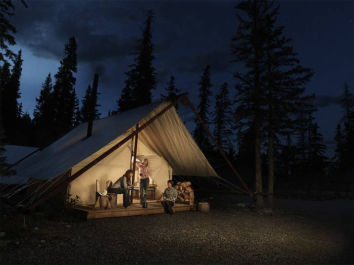 Pour les âmes aventureuses, campez dans des tentes en toile dotées d'un plancher en bois et d'une terrasse privée. Installez-vous confortablement pour la soirée à côté de votre propre poêle à bois. Le bois de chauffage est fourni par The Lodge at Panther River.