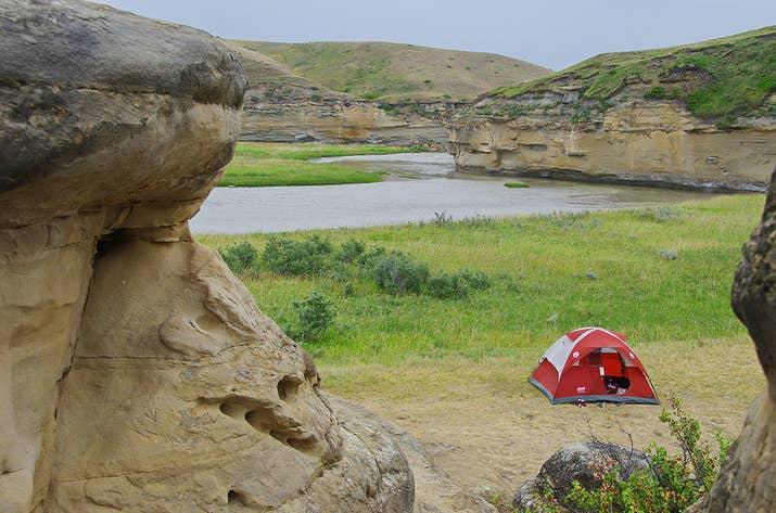 Partez en camping dans le paysage onirique des prairies le long de la rivière Milk. Le voyageur aventureux peut faire du canotage dans un camping désigné comme celui de Poverty Rock (photo) s'il emporte ce qu'il emporte, ou conduire dans des campings accessibles aux voitures au parc provincial Writing-on-Stone. Les hoodoos vraiment uniques (formations rocheuses en forme de tente) sont certainement quelque chose à apprécier.