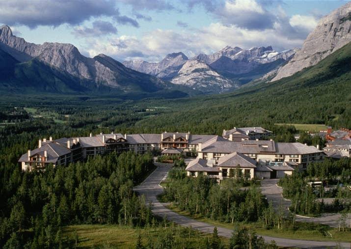 Juste à l'ouest de Calgary se trouve le Delta Lodge au pied des Rocheuses canadiennes. Avec les montagnes et les rivières comme arrière-cour, les possibilités d'activités de plein air sont infinies. Le ski à Nakiska, le golf, la randonnée et l'équitation sont tous disponibles pour vous ici. À la fin d'une longue journée, faites-vous dorloter au Summit Spa!