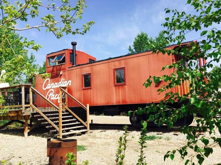 Pour le mélange parfait d'indulgence rustique, ne cherchez pas plus loin que Aspen Crossing. Un court trajet en voiture au sud-est de Calgary est un charmant terrain de camping et de loisirs sur le thème du train. Rester dans une cabine joliment aménagée est une chose, mais quand il s'agit d'une voiture caboose entièrement rénovée, vous êtes dans un luxe vraiment unique.