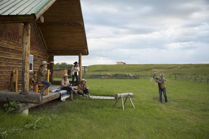 Montez à cheval lors d'un rassemblement de bétail et vivez une expérience authentique du Far West avec la famille au Sierra West Cabins.