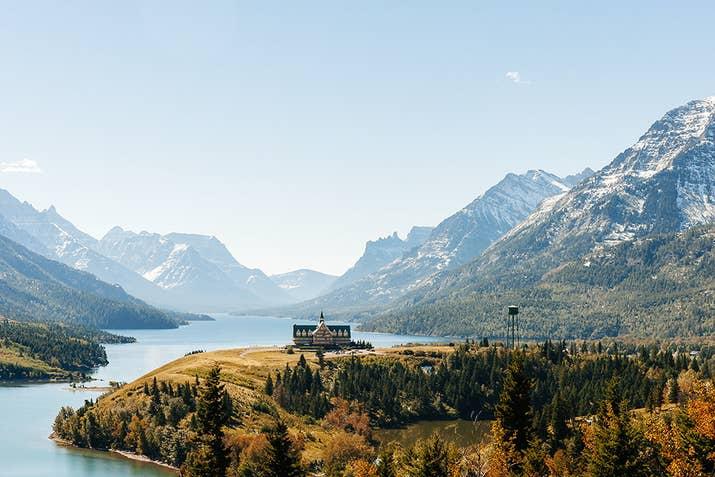 Réveillez-vous au bord du lac en séjournant à l'emblématique hôtel Prince of Wales, juste au nord du parc national des Glaciers du Montana. Avec toute l'extravagance et le luxe extrêmes que cet endroit a à offrir, vous vous réveillerez sûrement comme des rois.
