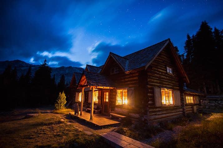 Situé dans le parc national Banff est le meilleur lodge de l'arrière-pays sans électricité ni eau, mais une cuisine incroyable! Les magnifiques et historiques cabanes en rondins du Skoki Lodge sont ouvertes toute l'année pour les randonneurs en été et les skieurs en hiver. Explorer les montagnes, les lacs et les vallées à proximité vous coupera le souffle et rajeunira votre âme.