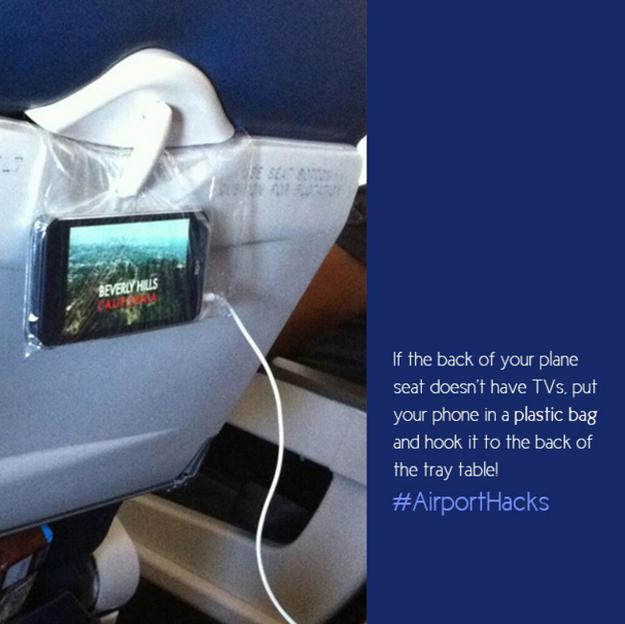 Vytvořte si svoji televizi z mobilu, pokud váš let nemá zabudované obrazovky v sedadlech. Telefon dejte do plastového pytlíku a zavěste za jídelní stoleček.