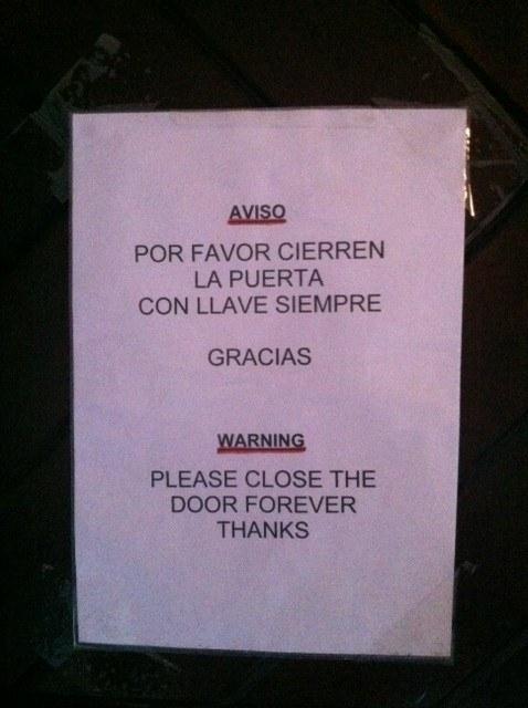 Este aviso con traducción dramática.