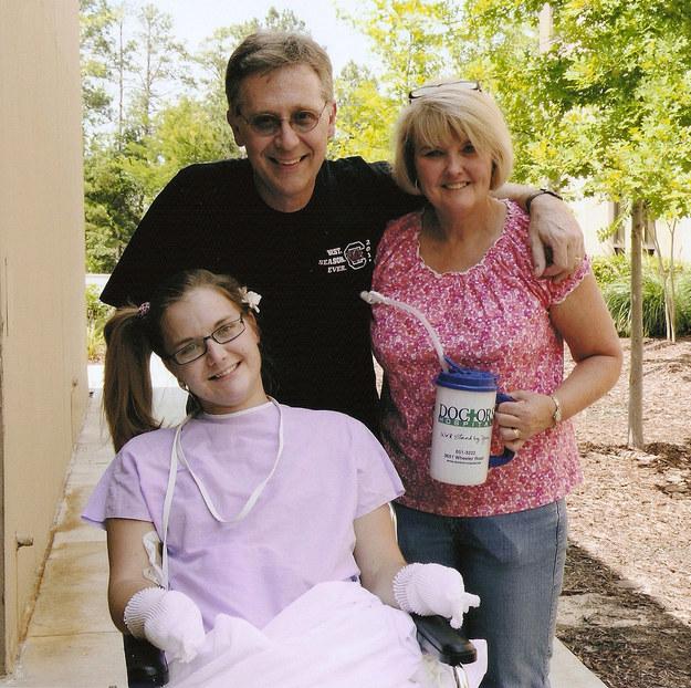 Les médecins ont dû amputer les deux mains d'Aimee, une jambe et son pied de l'autre jambe. Sa famille pensait qu'elle pourrait ne pas survivre, mais elle a finalement récupéré.