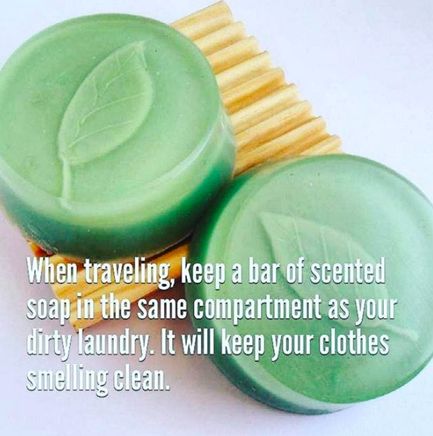 Abyste předešli zápachu špinavého prádla v zavazadle, stačí si v hotelu vzít tuhé mýdlo a umístit ho mezi použité oblečení.