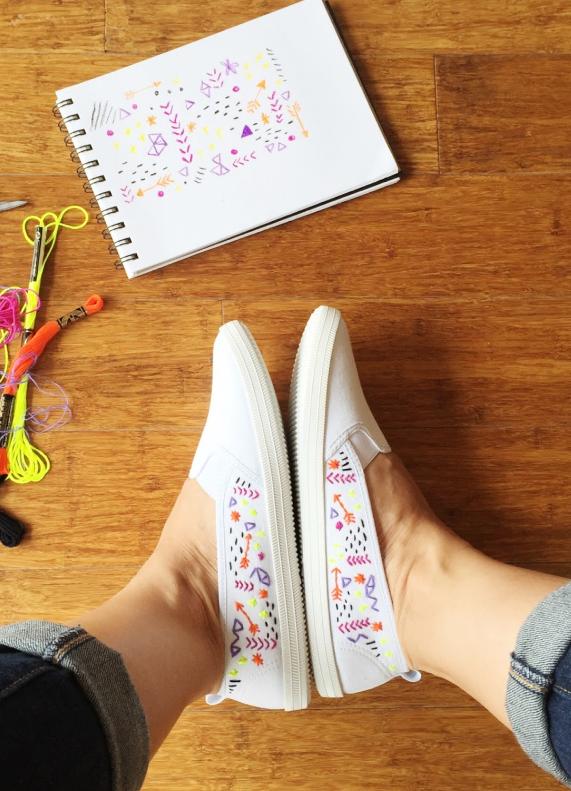 Honestamente, no necesitas experiencia previa bordando para hacer estos zapatos, sólo un par de zapatillas blancas baratas, una aguja lo suficientemente gruesa como para perforar el tejido de las zapatillas, e hilo del color que más te guste. Aunque si estás nerviosa y quieres practicar, puedes comprar un pequeño bastidor y tela en el mismo lugar donde compras el hilo de bordar. Aquí está el tutorial completo.