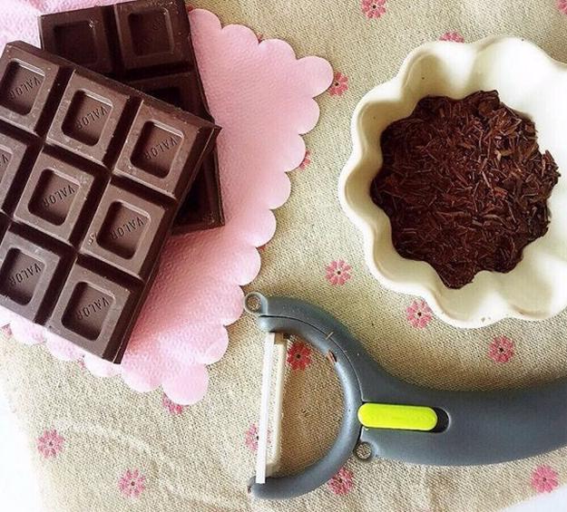 Si no tienes granillo de chocolate, improvisa con una tableta y un pela papas para crear virutas.