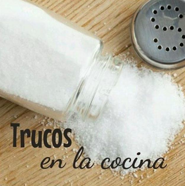 Si se te pasó la cantidad de sal, apaga la lumbre y agrega un pedazo de manzana o papa por 10 minutos para absorber el exceso.
