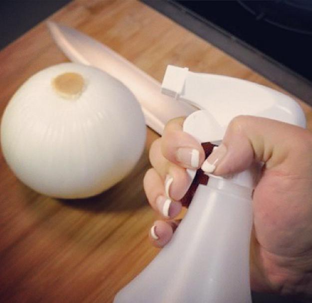 Rocía tu tabla para picar con un poco de jugo de limón antes de partir cebolla.