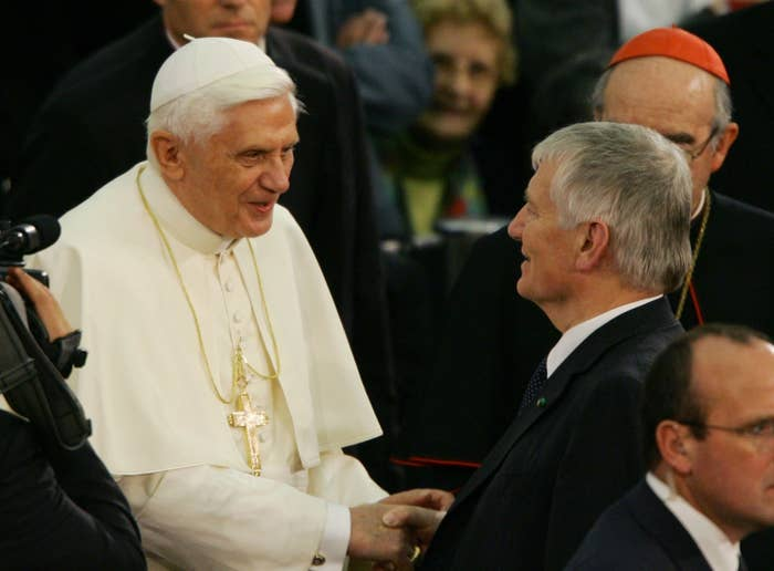 2013年、「高齢のため」生前退位した。法皇が存命中に退位するのは約600年ぶりだった。