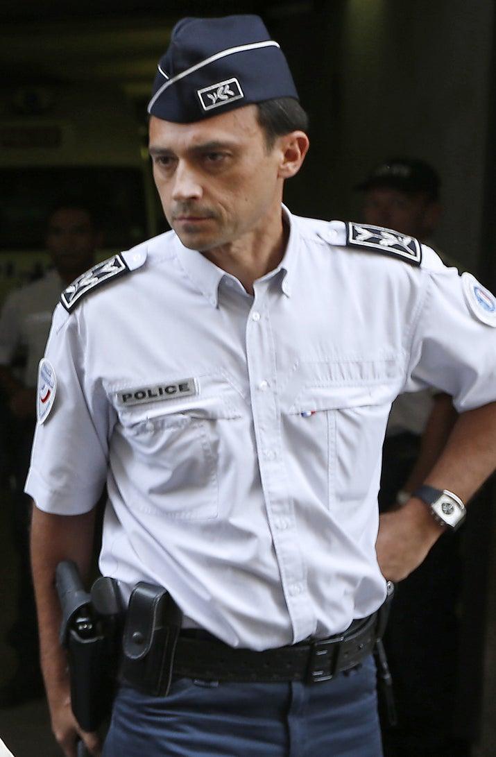 Ce commissaire de police était numéro 2 de la police aux frontières (PAF) des Alpes maritimes. Il était notamment en charge de la gestion policière de l'aéroport de Nice Côte d'Azur. Selon l'AFP, il n'était pas en service jeudi soir lors du drame.